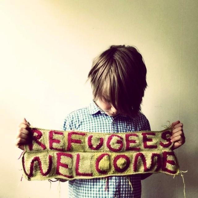 Garnapa, alias Elisabeth Bucht, har virkat det många av oss har på våra läppar just nu - Refugees Welcome. (Foto Garnapa)