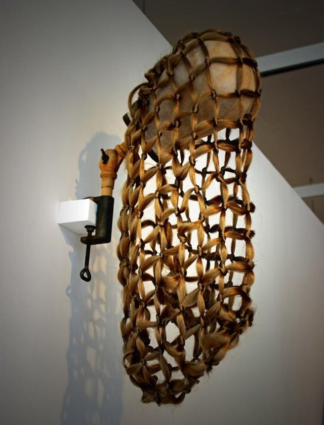 ClaesMikael Svensson använder bland annat syntetiska hårfiber och galvaniserad ståltråd i sina verk, just nu på Växjö konsthall. (Foto Växjö konsthall)