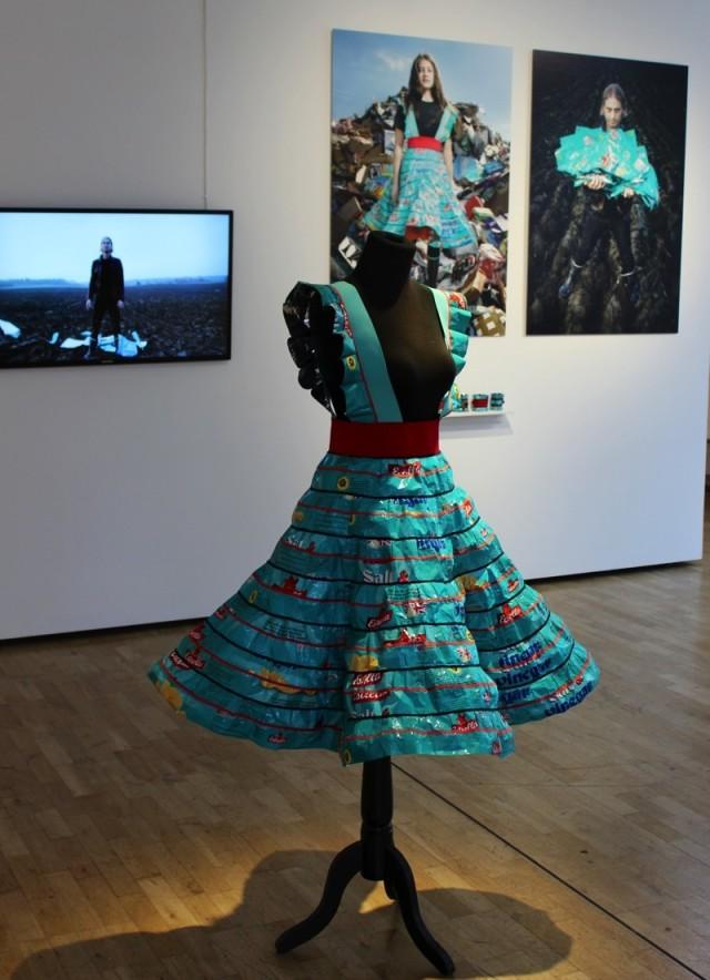 Johanna Törnqvists pågående projekt Precious Trash, är interaktivt på så vis att hon låter ta hand om medverkandes restmaterial och förvandla det till bärbara objekt. (Foto Växjö konsthall)