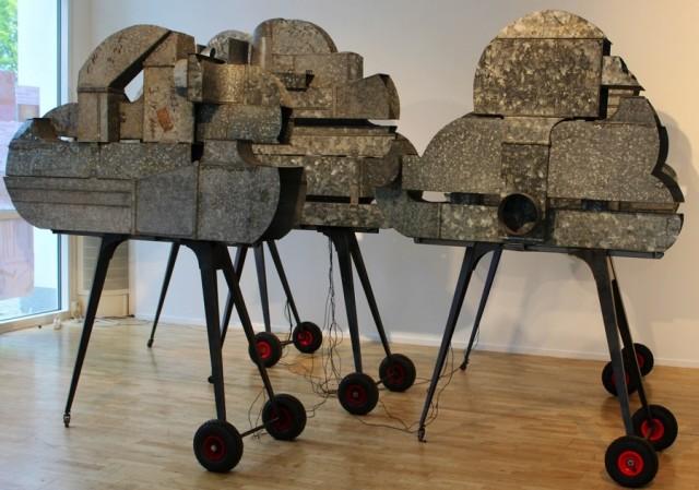 Karl Hallbergs materialval heter stål, funnet och nytt, blandat i den pågående utställningen Fötter, rörelser genom slöjden på Växjö konsthall just nu. (Foto Växjö konsthall)