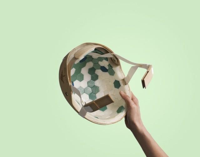Cellufoam, eller nanocellulosa utgör det lättviktiga skyddsmaterial som ingår i Skogsindustriernas framtagande av en cykelhjälm i trä. Hjälmens skal är gjort av träfanér. (Foto Skogsindustriernas Ekoportal 2035)