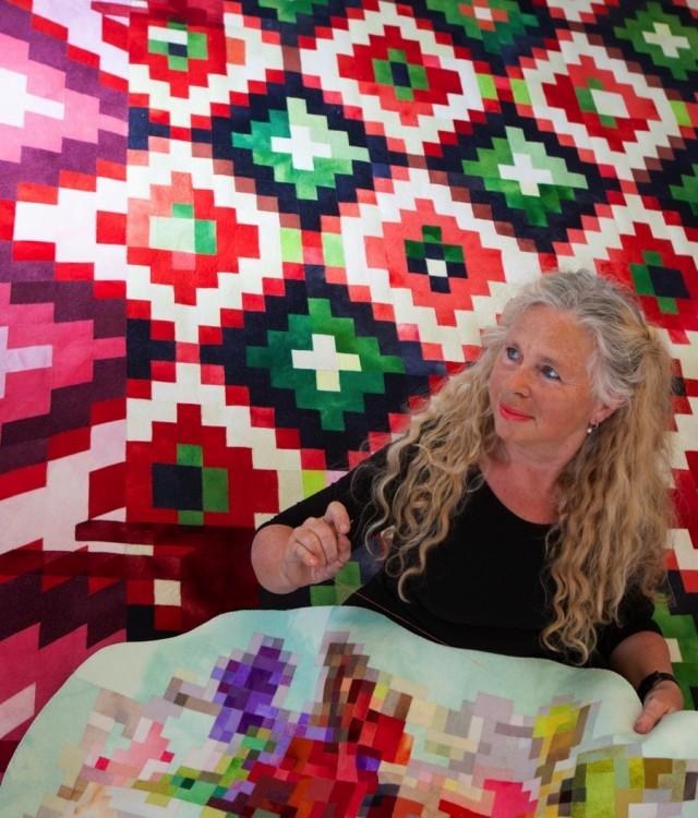 Inger Johanne Rasmussen själv, omgiven av sin egenutvecklade textila intarsia. ( Ingrid Aarvik Berge)