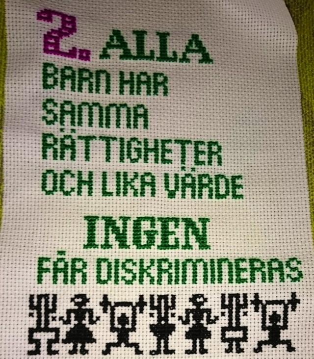 Broderi av Karina Paulsson, som en påminnelse om barnkonventionens skyldigheter och skydd. (Foto Karina Paulsson)