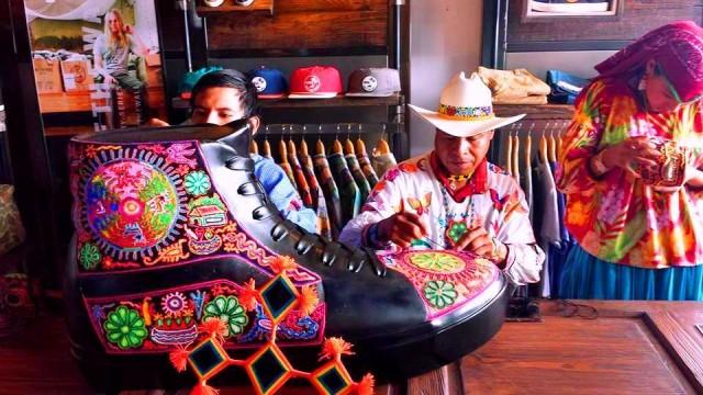 Delstaten Nayarit har fyra ursprungsbefolkningar som alla bemästrar traditionellt broderi, gärna som här med inslag med pärlor. Till en skomässa tog de fram dessa samtida tolkningar av sina traditionella tekniker. (Foto María Isidra Vargas)