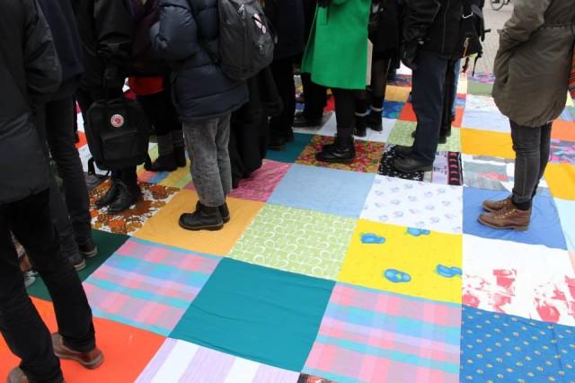 Var en siffra i statistiken för att diskutera jämställdhet! Gruppen Otalt gör konst i det offentliga rummet med hjälp av statister. Här från ett genomfört verk i Umeå. (Foto Camilla Påhlsson Konstfrämjandet Västerbotten)