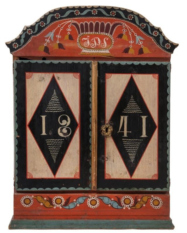 Hängskåp tillverkat och använt i Dalarna, Lima skocen, Sörbäcken. Datering 1841 och målare är Hållars Mattias Hansson. (Foto Peter Segemark, Nordiska museet)