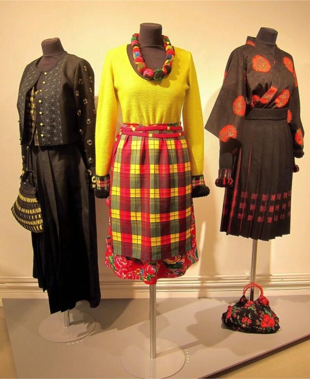 Dräkter som alla varvar japanska shiboritekniker, färger och snitt på kläder med svenska dräktdelar, färgställningar och tekniker. Eva Davidsson ligger bakom utställningen Ishô-dräkt på Konsthantverkarna just nu. (Foto Kurbits)