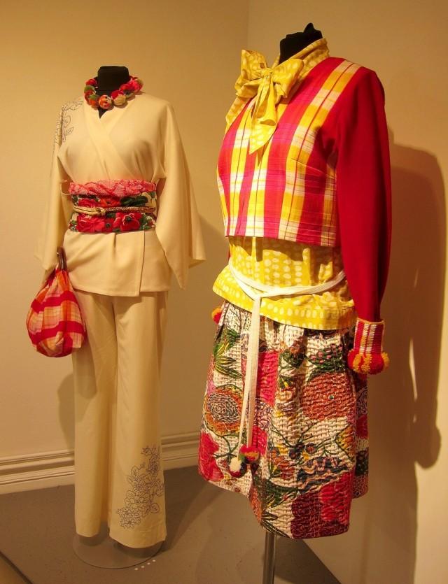 Kjol i sachikoteknik, muddar i tvåfärgsvirkning och jacka i shibori och maskinstickning. Längst bak broderad kimonojacka med traditionellt midjeband, obiage, i siden och ullsjalar. (Foto Kurbits)