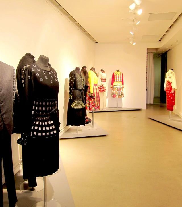 Utställningen består av  olika grupperingar av dräkter, alla där blandningen av japanskt och svenskt genomsyrar hantverket. (Foto Kurbits)