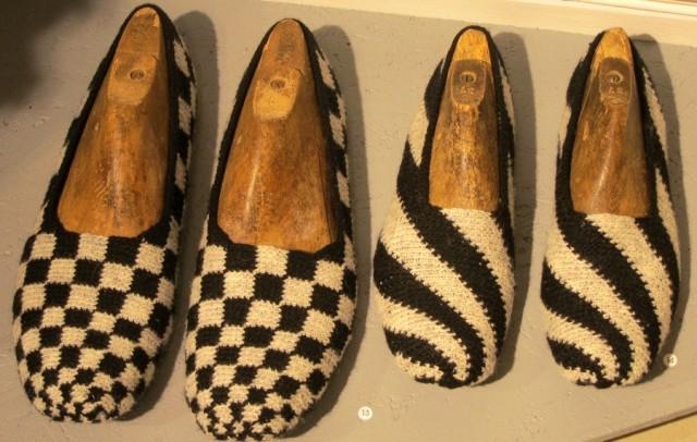 Tvåfärgsvirkade skor i ull, av Eva Davidsson. (Foto Kurbits)