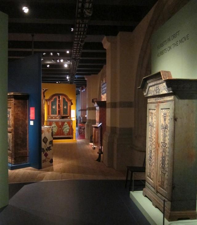 Från utställningen Rejält retro, där 50-talet allmogemöbler från 1750-1850 samsas, på Nordiska museet just nu. (Foto Kurbits)