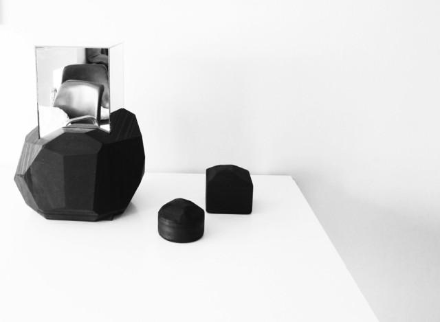 Alla Kajsa Willners produkter, askar och sidobord i mdf-board med inspriation från materialet kol. (Foto Den nya kartan)