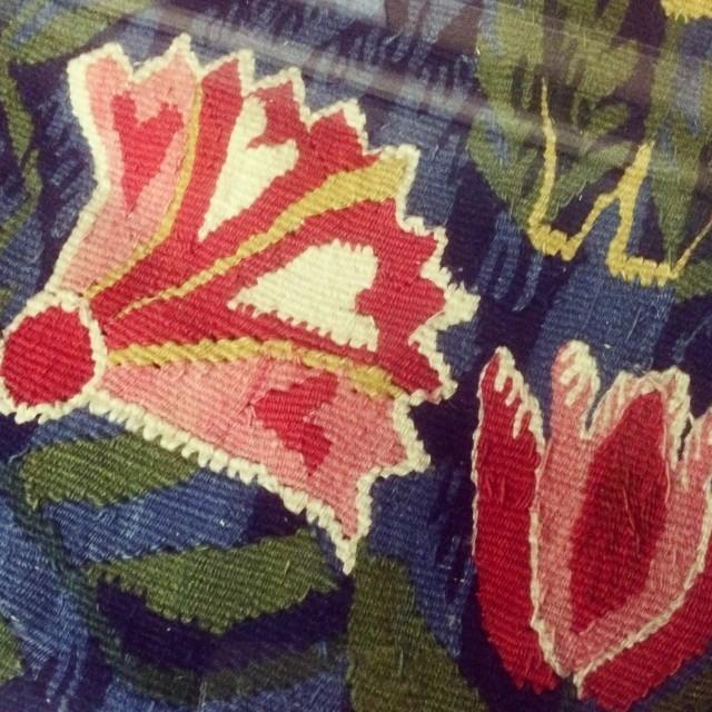 Ur Textilgalleriets många lådor av textil inspiration, på Nordiska museet. Här syns en flamskväv från sent 1700-tal. (Foto Kurbits)