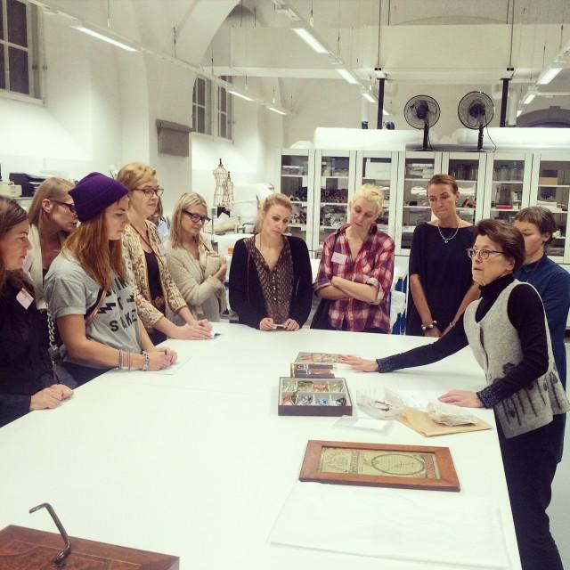 Gruppen samlad hos konservatorerna i ateljén på Nordiska museet. (Foto Kurbits)
