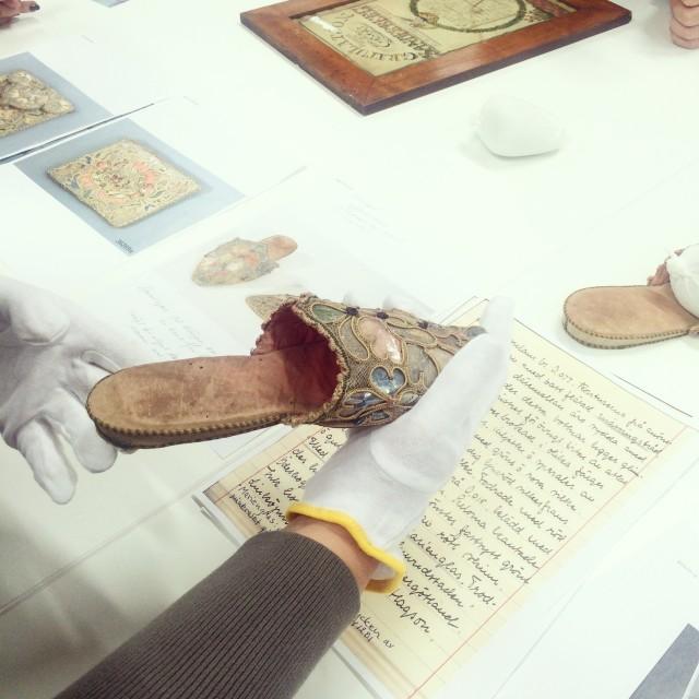 Ett av de utvalda föremålen i samlingarna, ett par okända tofflor som krävde vidare efterforskning. Vilken cliffhanger! Vem har ägt dem, varför finns de här? Vem har gjort dem?  (Foto Kurbits)