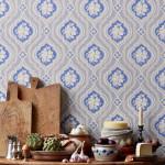 Sist, tapeten från inläggets topp som är en av mina favoriter. Hildasro heter den, från 1880-talet. Tapeter slog igenom på allvar vid den här tiden, pga starkare ekonomi och bättre tapettillverkning bland annat. Metaljonger i blått och beige var polulära och ofta inreddes hela hem i denna mönster- och färgkombination, läser jag i den stilguide som följer med tapetkollektionen Tradition. (Foto Sandberg Wallpaper)