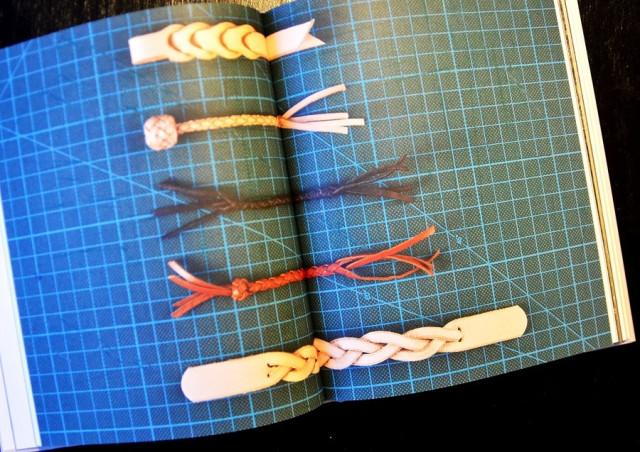 Lone Wolf läderarbeten - en hantverksbok av Michael Gärtner ger allsorts tips och beskrivningar om hur du arbetar själv i läder. Boken är informativ och mycket stilig. Bilderna är tagna av Calle Stoltz, hä rmycket eländigt återgivna av mig. (Foto Kurbits)