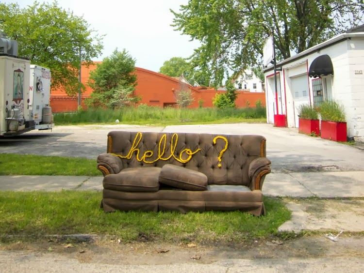 Hello? Is it me you're looking for? Lionel Richies fraser broderade på övergivna möbler ger förstås projektet Lionel Stitchie, av Molly Evans. (Foto Molly Evans)