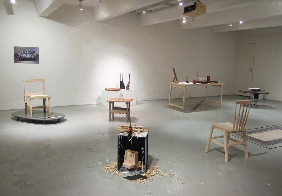Den ursprungliga soffan skymtar på bild i bakgrunden, ur vilken Thomas Lissert konstruerat nya funktioner och objekt. Just nu visas hans utställning Make Up på Designgalleriet i Stockholm, de ursprungliga föremålen har fått ytterligare sällskap. (Foto Kurbits)