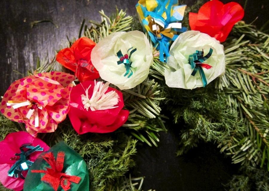 Julkrans med pappersblomster