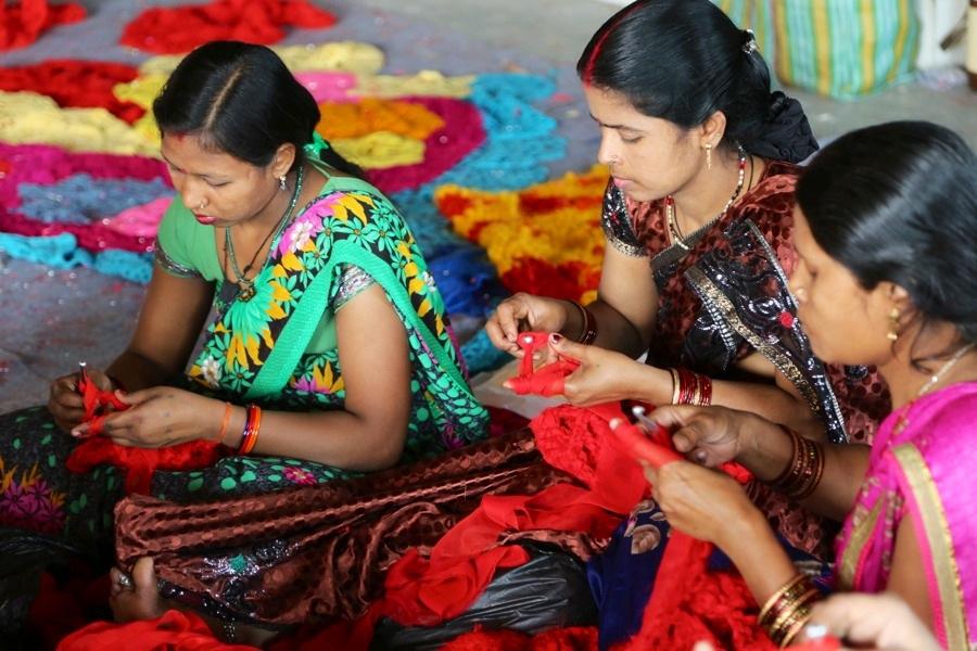 Ett stort antal volontärer hjälpte polska garngraffitikonstnären Olek att färdigställa den virkade utsmyckningen till ett hem för hemlösa kvinnor i Indien, många av dem var medlemmar i Indian crochet community. installationen tog sju dagar att göra. (Foto © Pranav Mehta/St+art Dehli)