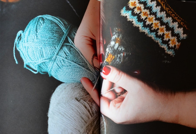 Erika Åbergs stickbok har fokus på sjalar, halsdukar, kragar och lite till. För stickaren i din närhet, eller till dig själv - här finns inspiration och beskrivningar. (Foto Malin Nuhma har tagit bokens alla vackra bilder, här avfotade av Kurbits)