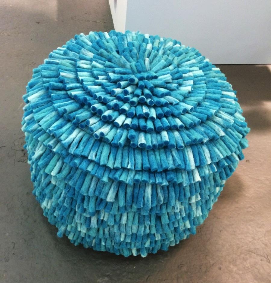 Flera produkter i samma havsgrön-turkosa nyans fastnade. Bland annat sittpuffen från Aveva design. (Foto Kurbits)