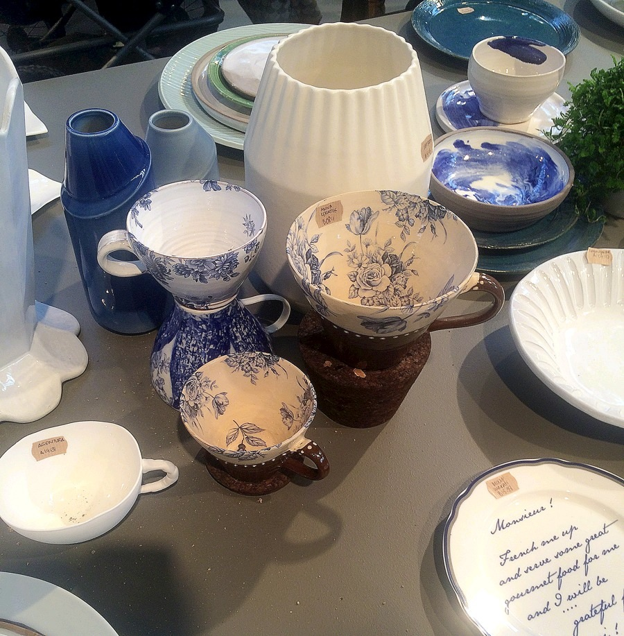 Ytterligare blåa nyanser av keramik, den här samlingen var rolig att hitta, då jag hittade min egen blomkopp som jag dricker kaffe ur varje dag - gjord av Anna Keramik, med verkstad i Arbrå i Hälsingland.  Bakom de blommiga kopparna står två av Anna Elzer Oscarsons superspännande vaser, skulpterade i 3D. Hennes sprillans nya kollektion heter Dancing Dune. (Foto Kurbits)