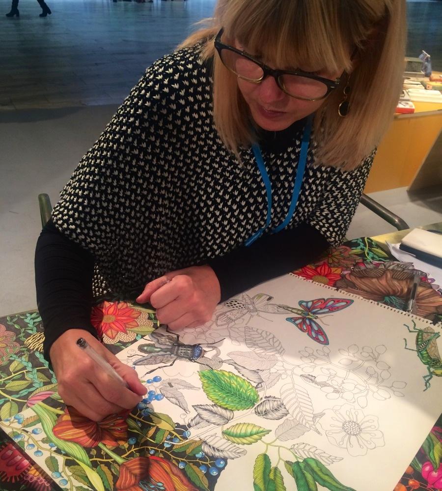 Nadja Wedin satt i inspirationsutställningen  och visade hur hon arbetar med markers och tunn svart penna. Fascinerande och roligt att få se hur hennes välkända mönster växer fram. (Foto Kurbits)
