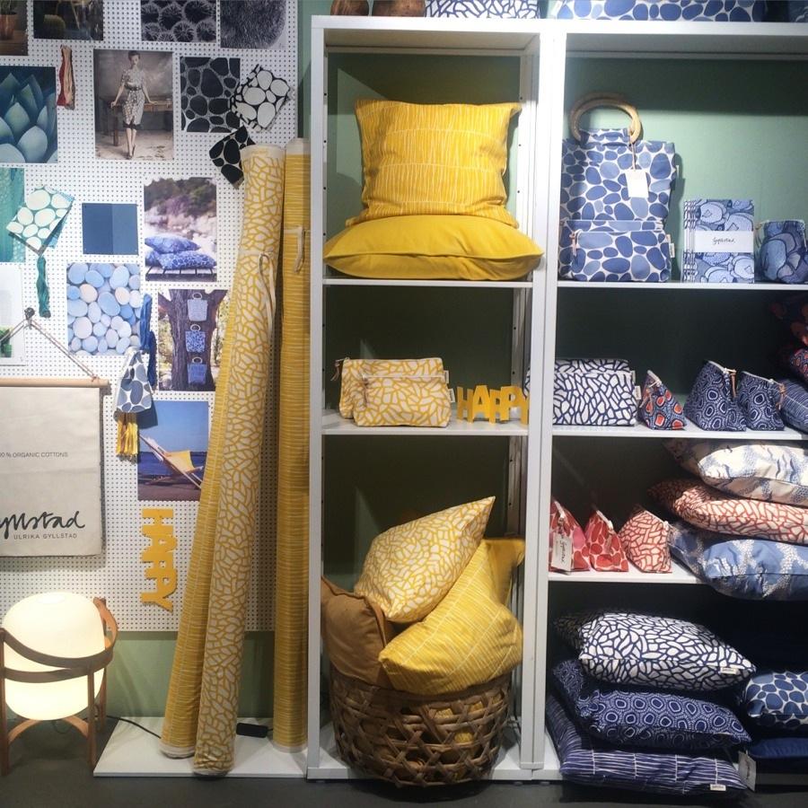 Rasande stiliga mönster och färgkombinationer också hos textilformgivaren Ulrika Gyllstad. Här det solgula i centrum (favoritfin färg!) men också de grönblå och blå är mycket vackert. (Foto Kurbits)