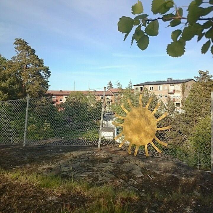Ett av Marias /Virka Dygnet Runts verk, tidigare uppsatt på väg in mot Bagarmossen, vi bor båda längs Linje 17 i söderförort i Stockholm. Att ta del av Marias verk är en fröjd, jag blev lika glad varje gång solen dök upp från tunnelbanefönstret. (Foto Maria Yvell)