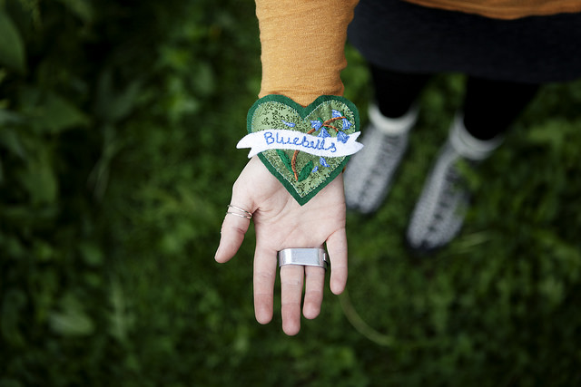 Med craftivistprojektet #showthelove visar du omvärlden på vilket sätt klimatfrågorna berör dig. Brodera själv och ge bort ett hjärta, eller ge bort ett kit till Alla hjärtans dag! (Foto Craftivist Colletcive)