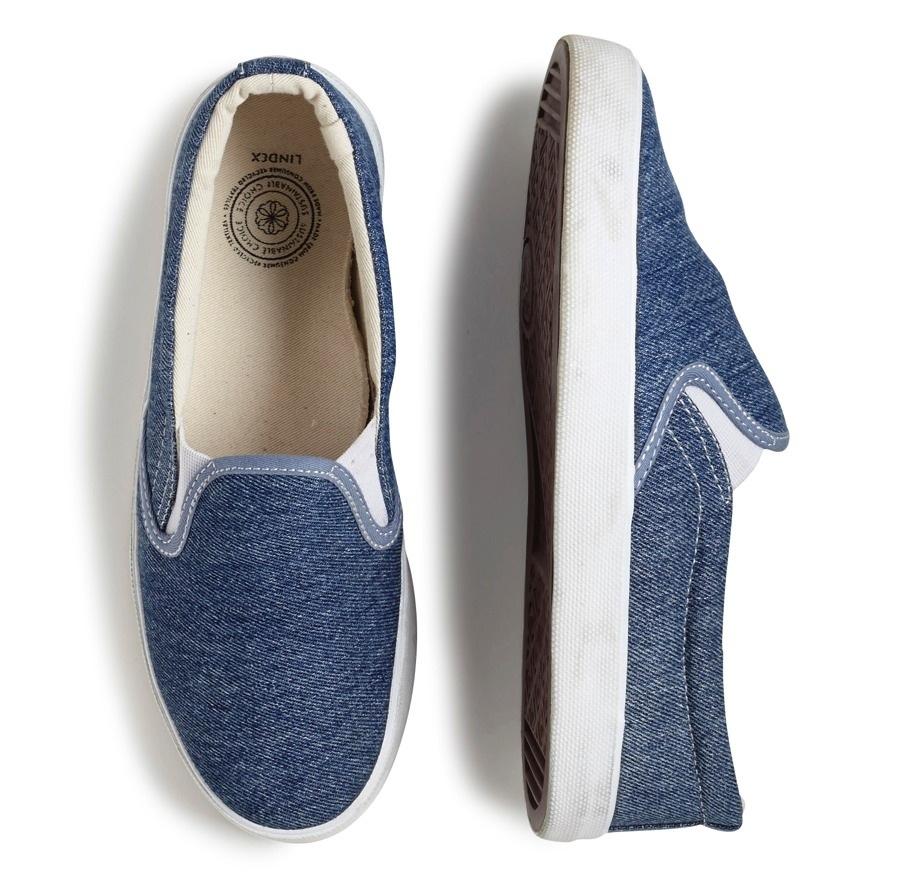 En upcyclad sneaker finns från och med förra veckan i utvalda Lindexbutiker, samt på deras webb. Materialet kommer från utsorterade jeans från Myrorna. (Foto Myrorna)