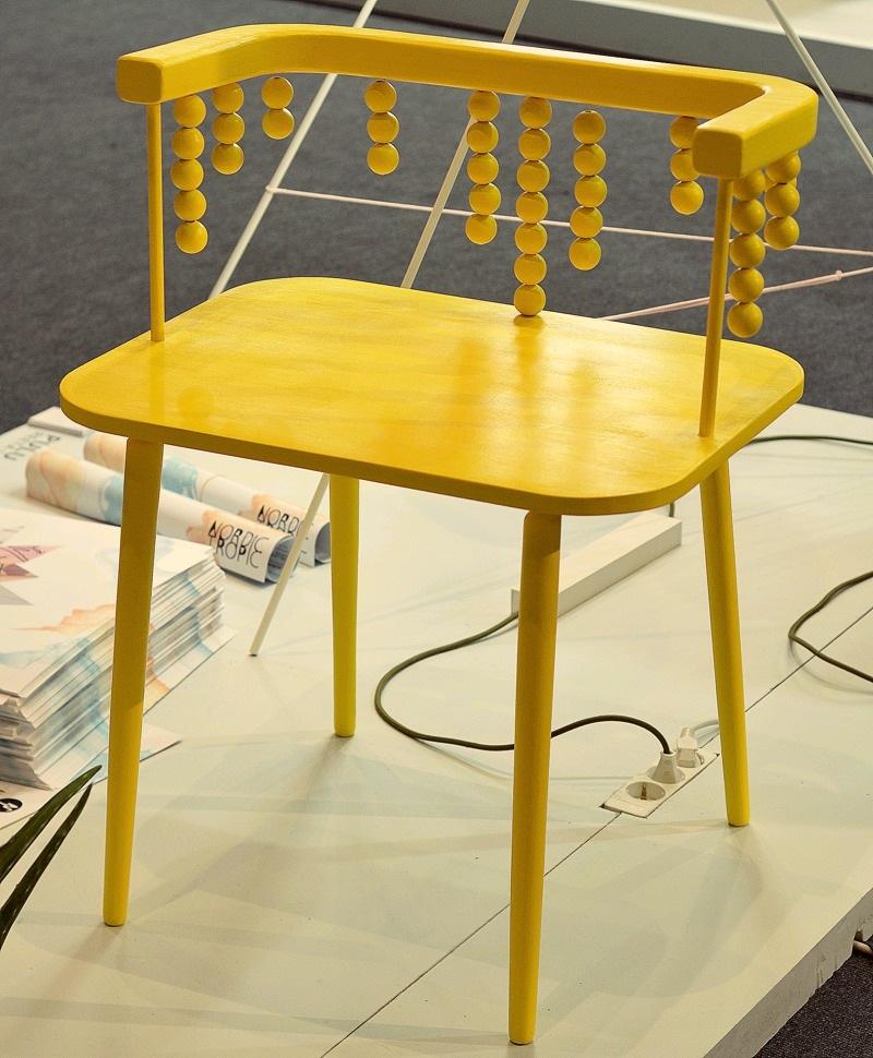 Glad av Oona Hallikainens gula stol! Svårt att motstå gult. Från Turku universitet. (Foto Kurbits)