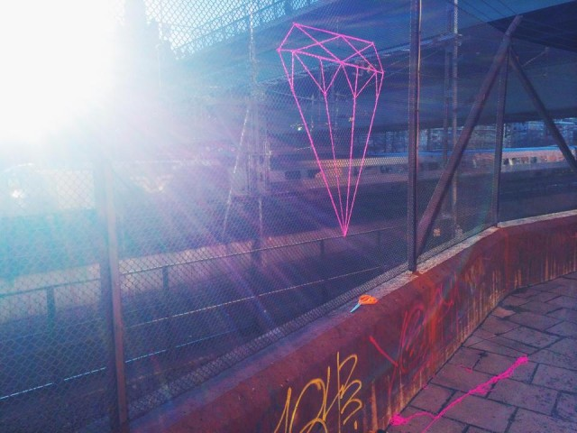 Den här typen av taggar är ett av Julias signum, hon taggar runt om i Stockholm, ofta i området kring St Eriksplan och Fridhemsplan, om du har vägarna förbi. (Foto Julia Riordan)