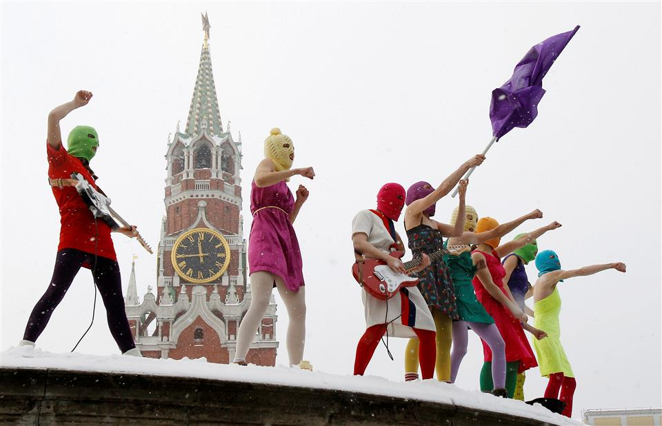 """Pussy Riot, den feministiska ryska punkgruppen som """"genomför ofta aktioner med spontanspelningar och genom musiken försöker de belysa frågor om yttrandefrihet och jämställdhet, ofta med en tydlig kritik mot Rysslands president Vladimir Putin"""". (Foto wikipedia)"""