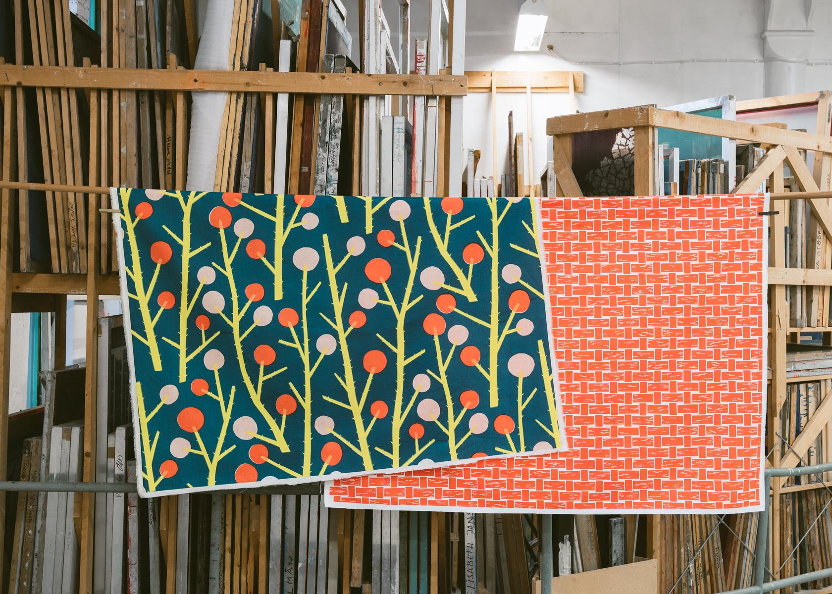 Taggloka och Näverfläta, handtryckta mönster från nyetablerade Studio Murkla. (Foto Hilda Granath)