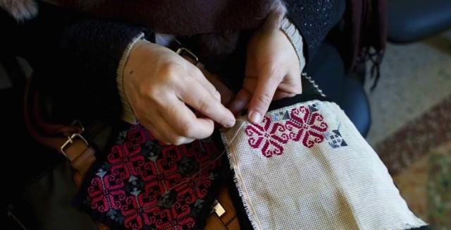 På ett kvinnocenter i Tripoli i Libanon undervisas kvinnor i broderi som de senare kan sälja och få en liten inkomst av. För att visa sitt stöd för verksamheten och för kvinnorna har brodöser från hela världen deltagit i en manifestation med gemensamt broderat mönster. (Foto Concern worldwide UK)