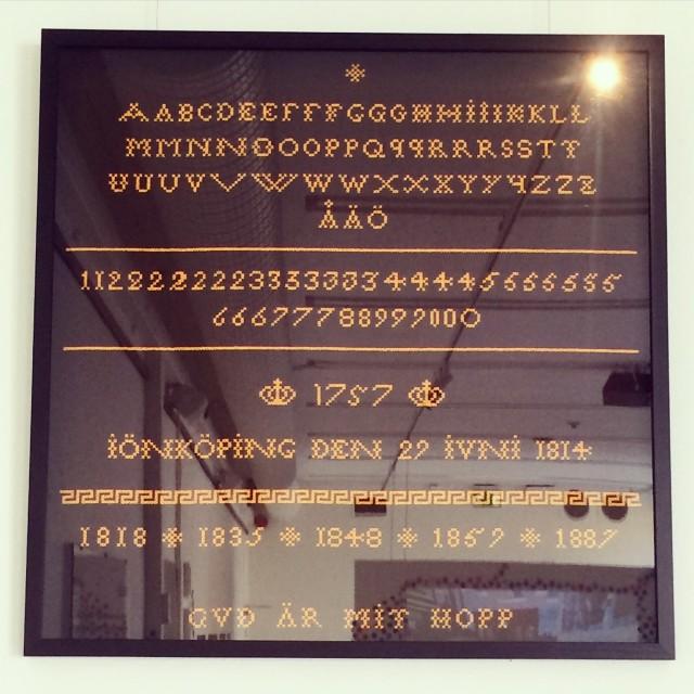 Nygjord märkduk med anor från 1757, ur Jönköpings läns museums samlingar, utfört i korsstygn av Britta Johanson. Dåtidens samlingstavla med viktig information. (Foto Kurbits)