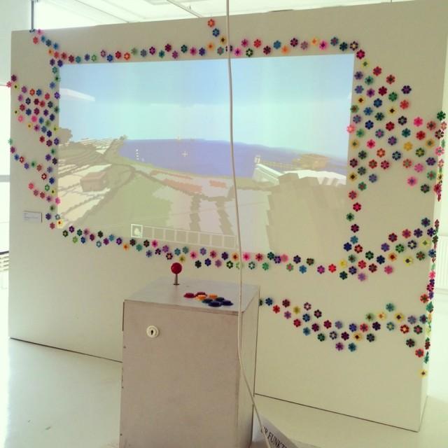 Pärplattor, Minecraft och post-itlappar, pixlar och voxlar - allt hör ihop i den pågående utställningen Av Pixlar, broderier i kvadrat på Jönköpings läns museum just nu. (Foto Kurbits)