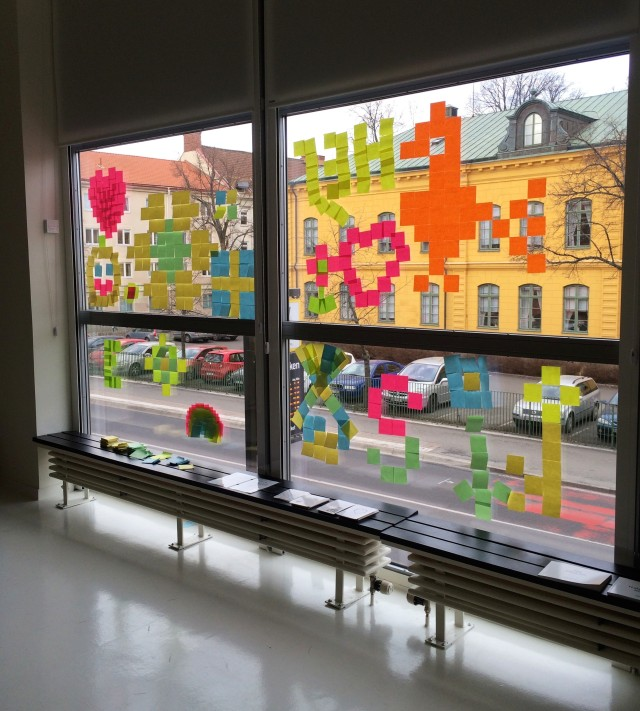 Pixlelbygge av besökare i Rum 203 på Jönköpings läns museum just nu. (Foto Kurbits)