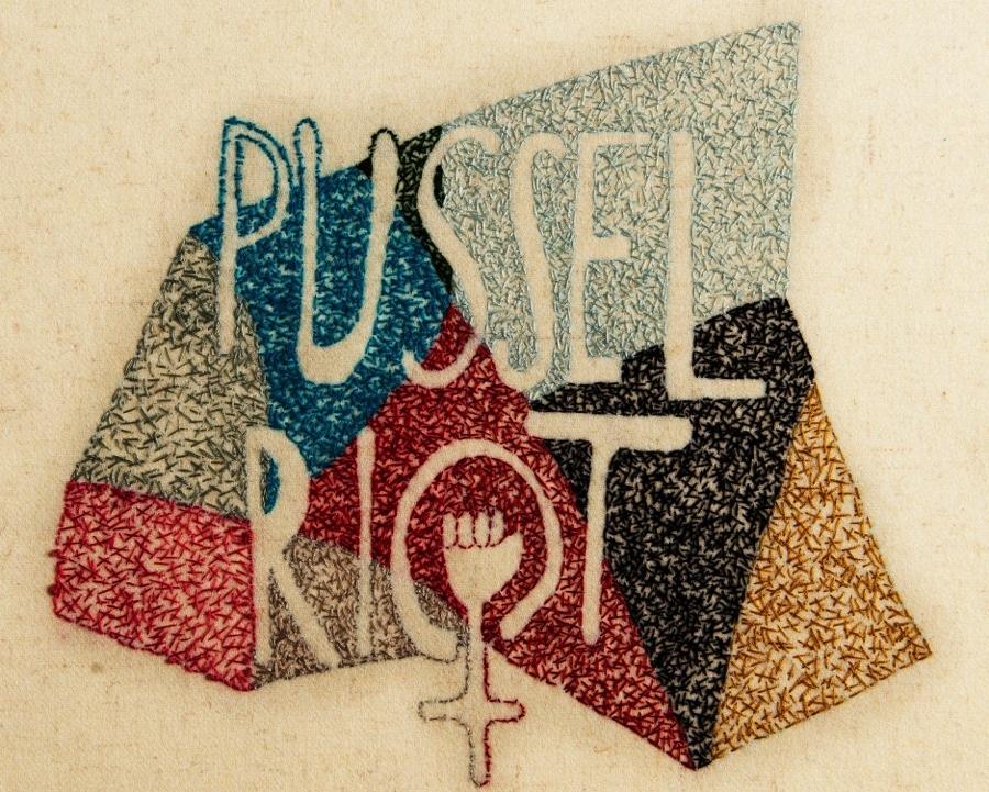 Pussel Riots logga, broderad av  Emma Ihl. (Foto Slöjd i Väst)