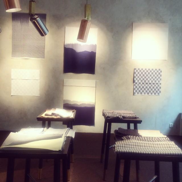 Så här såg det ut när Åsa Pärson ställde ut sina fantastiska handvävda sjalar och textilier på Galleri Sebastian Schildt i höstas. En otroligt vacker utställning. (Foto Kurbits)