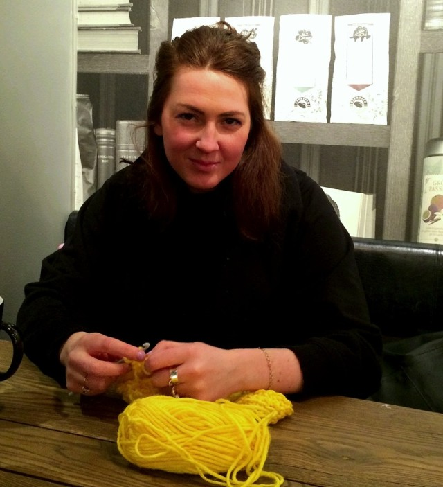Garntaggaren, gatukonstnären och formgivaren Julia Riordan. Alltid med garn i händerna. (Foto Kurbits)