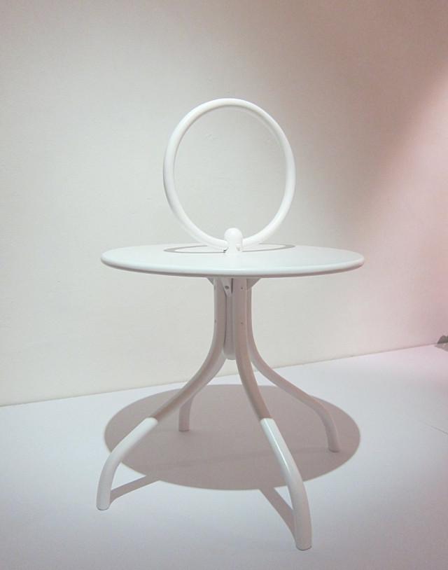 Ringen - bord av Mia Cullin för Gemla. Stiligt och spännande i sin kombination. (Foto Kurbits)