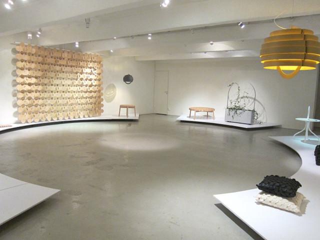 Mia Cullins utställning heter Omkring, därallt utgår från cirkelformen, också placeringen av verken i galleriet. Snyggt! (Foto Kurbits)