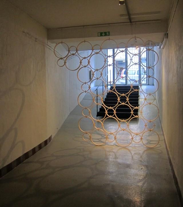Entrén till Mia Cullins utställning Omkring innehåller rumsavdelaren med samma namn. (Foto Kurbits)