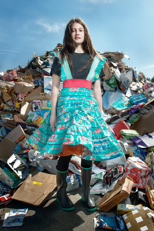 Johanna Törnqvist ger insamlat skräp nytt liv i Project Precious Trash, utställningen öppnar på Nääs Konsthantverk i helgen. (Foto Fredrik Sederholm)