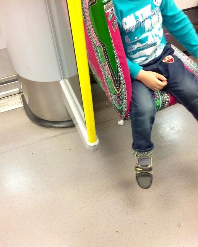 Många SL-resenärer har under veckan överraskats av färgglada tyger på tunnelbanans säten och undrat vem som ligger bakom. (Foto Stina Axelson).
