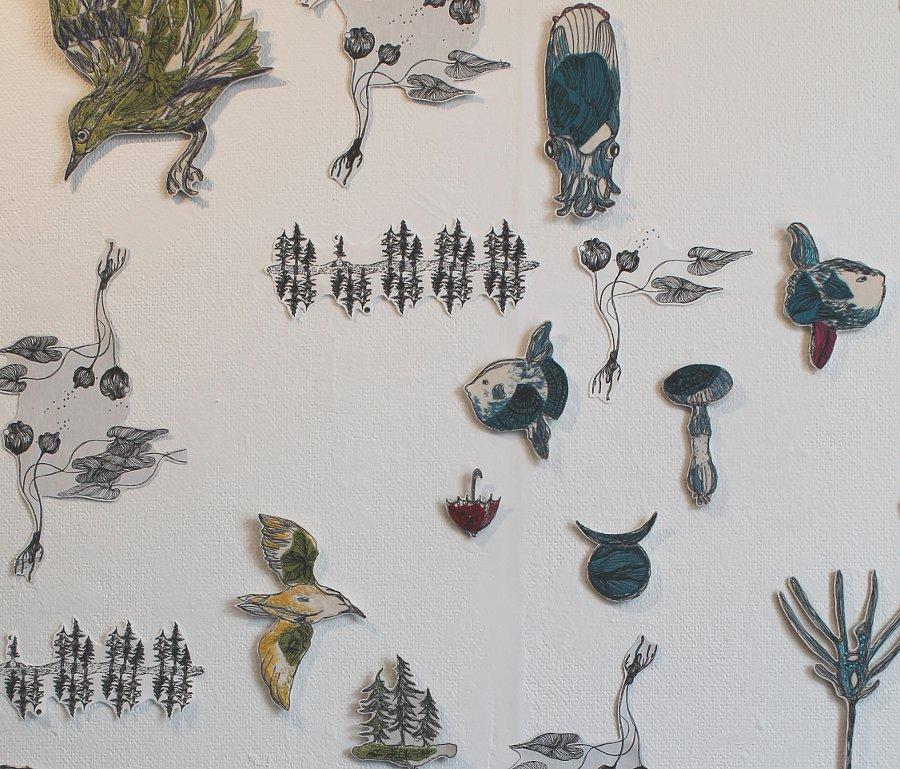 """Livsformer, av Carina Marklund;  """"Frilagda figurer, där jag även tog in symaskinsbroderi. Det ger en tecknad och nervig känsla"""". Ingår i Stora Blå på Härnösands konsthall just nu. (Foto Carina Marklund)"""
